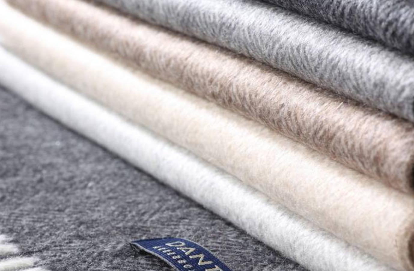 La maison Dante est une manufacture centenaire qui s est spécialisée dans  la fabrication d écharpes et d étoles en laine ou en cachemire. ced20a77699