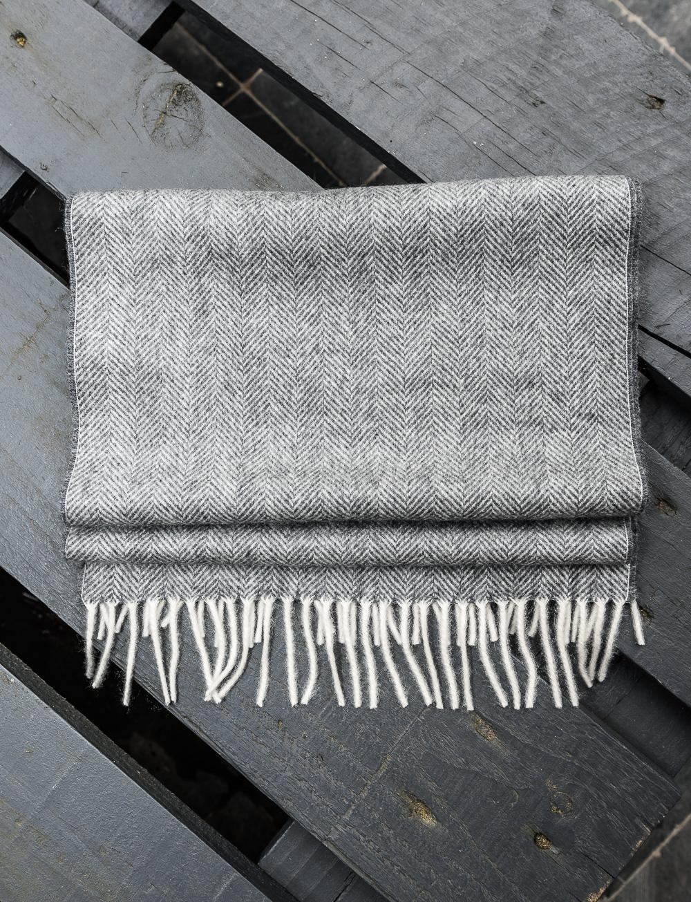 Echarpe en cachemire motif chevrons – gris. SOLDES. SOLDES. SOLDES ·  ECHARPE CADOT 04 7737a827634